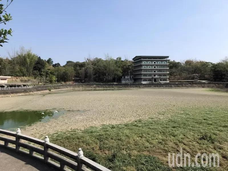 赤山龙湖巖周遭湖泊干涸(图:《联合报》)