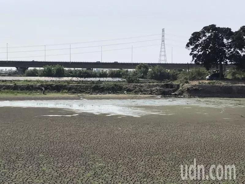 赤山龙湖巖周遭湖泊已见底(图:《联合报》)