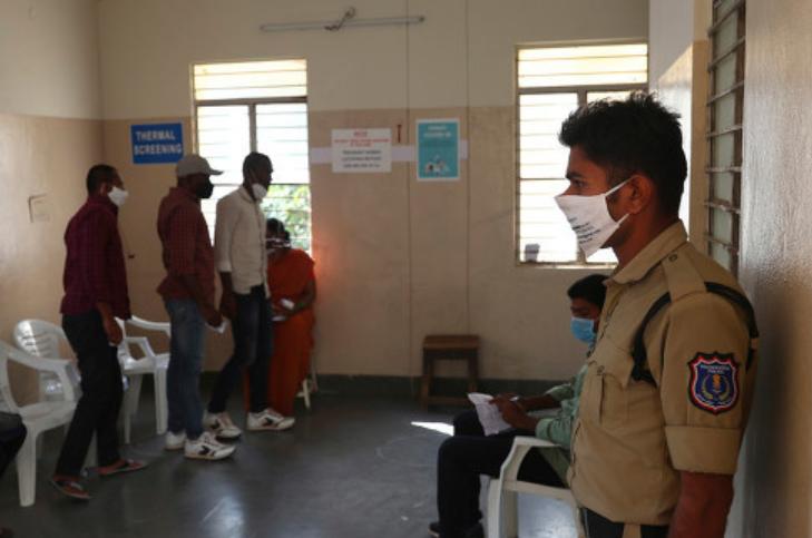 印度一医院忙着接待领导 致新冠患者在院外担架上死亡