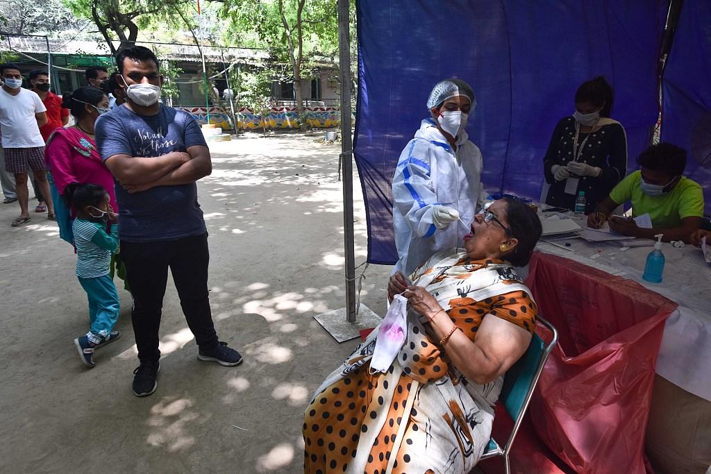 印度新德里医生为民众检测新冠病毒