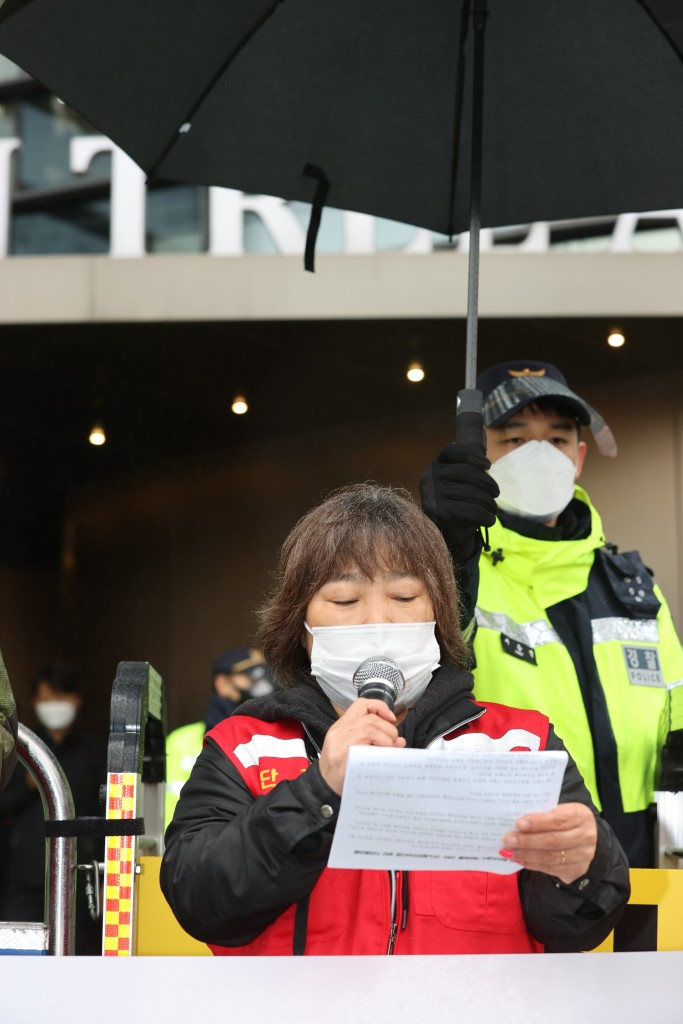 16日,韩国民众在日本驻韩大使馆前抗议。