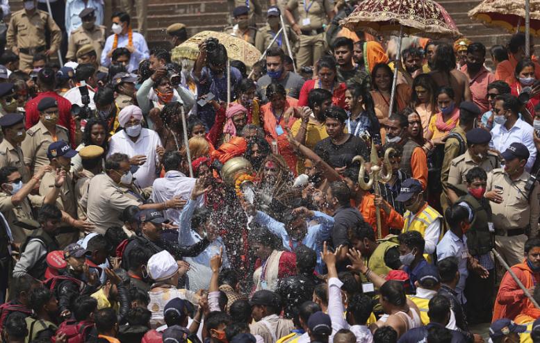 当地时间4月12日,印度大批民众庆祝大壶节。