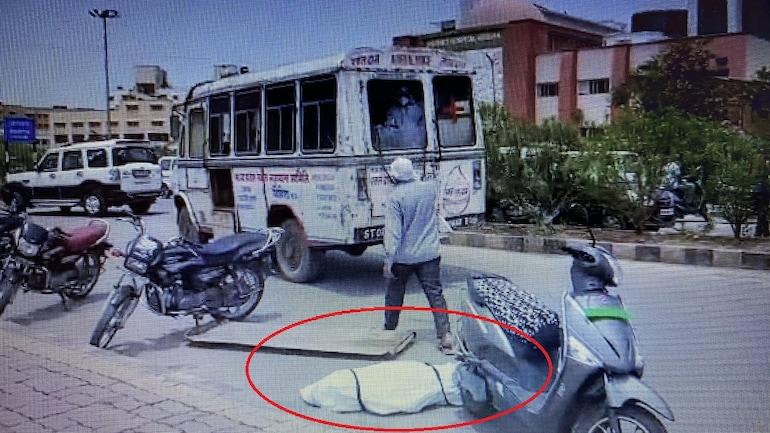 印度一救护车载新冠死者急速行驶致遗体掉落 家属抗议