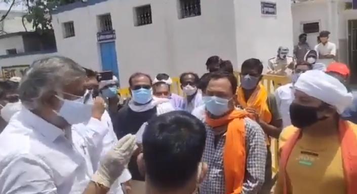 印度男子绝望为母求氧气 印文旅部部长:我会给你两巴掌