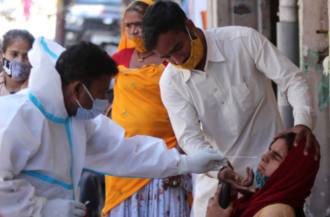 印度医护人员在为民众进行新冠病毒检测。(资料图)