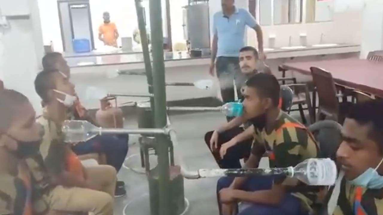 """为预防新冠 印度士兵围坐在高压锅旁吸蒸汽""""消毒"""""""