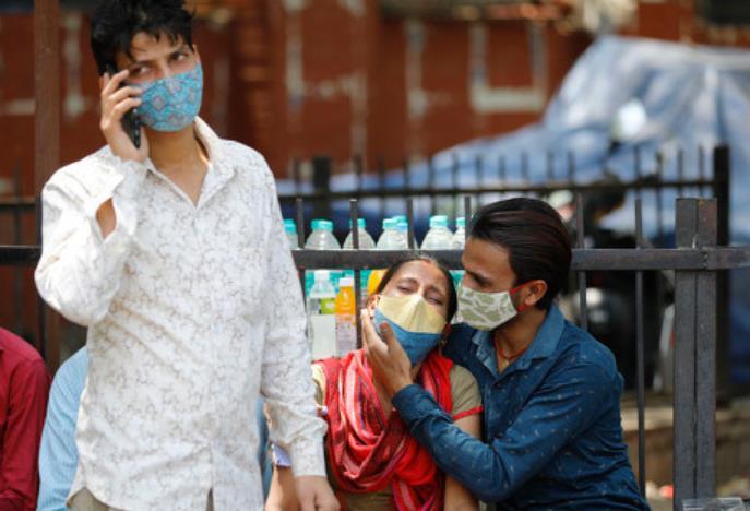 印度新冠病人的亲属在医院外等候。(资料图)