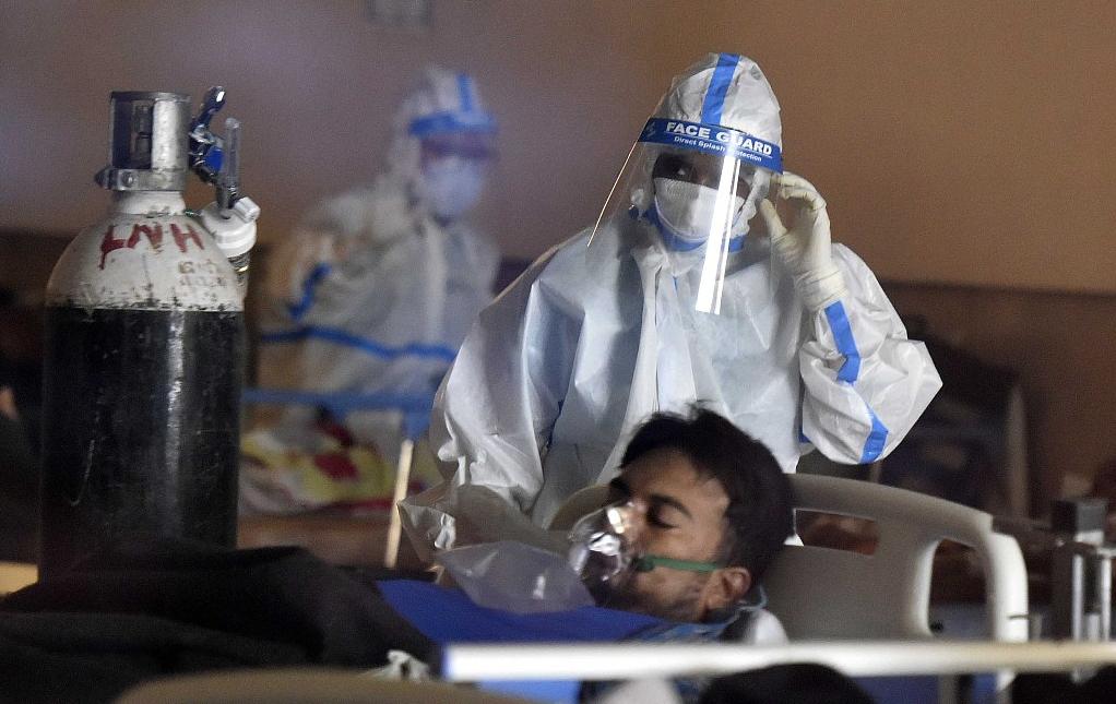 印度新德里,新冠肺炎患者在临时医疗中心内接受治疗(资料图)