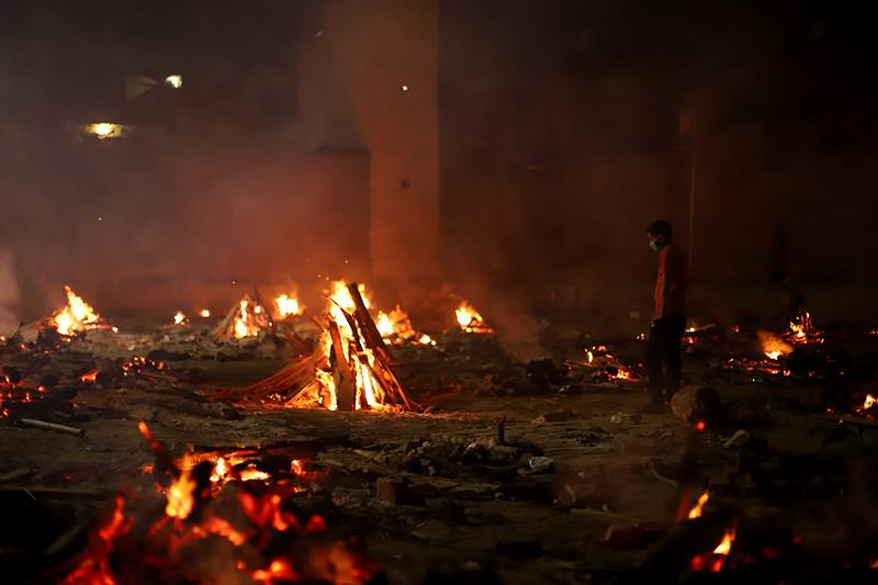 4月26日,印度新德里,火葬场火化新冠死者。