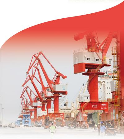 由中资企业投资兴建的吉布提多哈雷多功能港口呈现一派繁忙景象。本报记者 吕 强摄