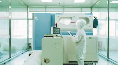 4月21日,在福建晋江市的安踏智能化工厂,科研人员正进行技术攻关。资料图片