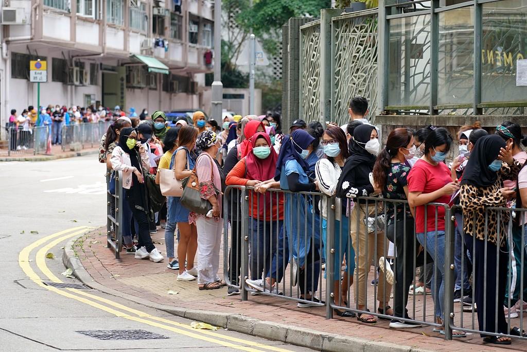 资料图:香港外佣排队参加核酸检测