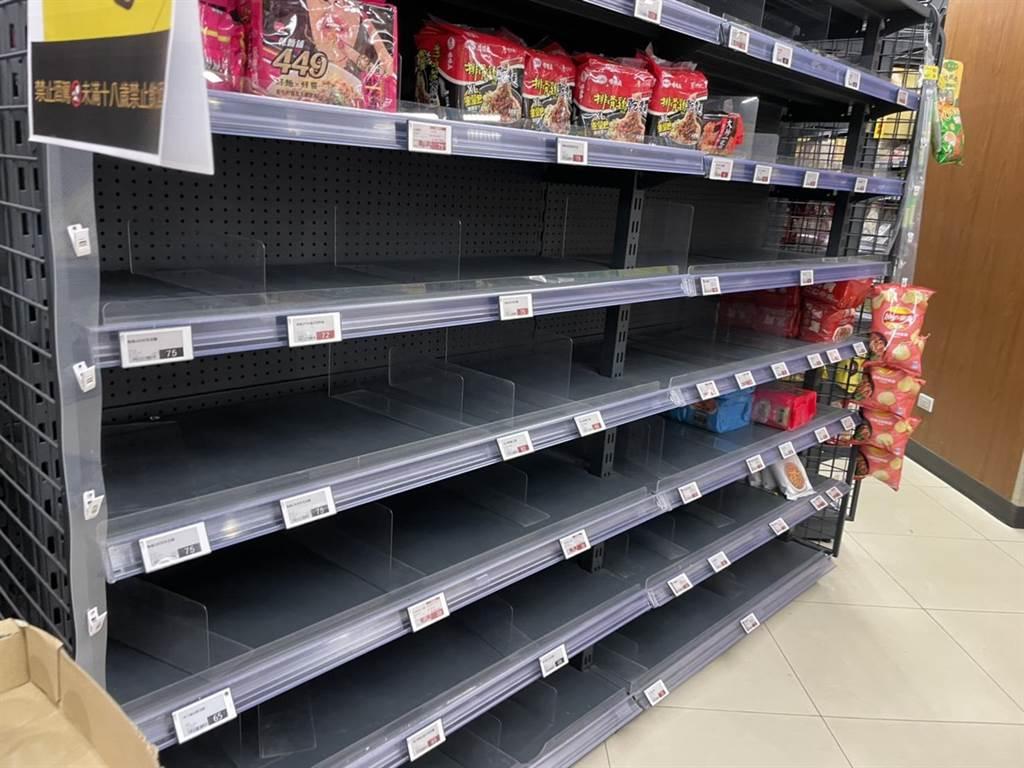 台多家超市货架空空:泡面、罐头、卫生纸被疯抢