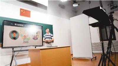 上海市徐汇区教育学院教师在录制课程。新华社记者 刘颖摄