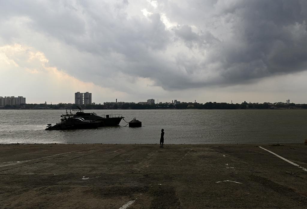 印度西孟加拉邦多地遭遇雷雨天气 23人因雷击死亡