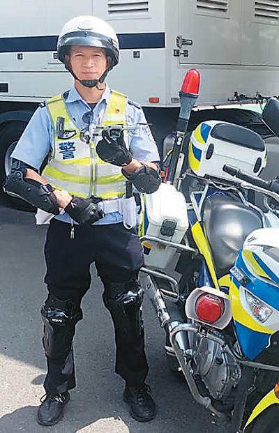 一线执勤交警张驰手持无人机准备放飞。本报记者 张保淑摄