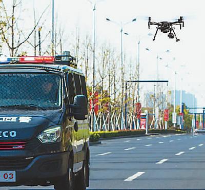 吴江区最小行动单元配备的无人机随车飞行。鲍东旭供图
