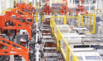 5月18日,在位于山东自贸试验区青岛片区的海尔中德智慧园区,洗衣机互联工厂正加紧生产。张进刚摄(人民视觉)