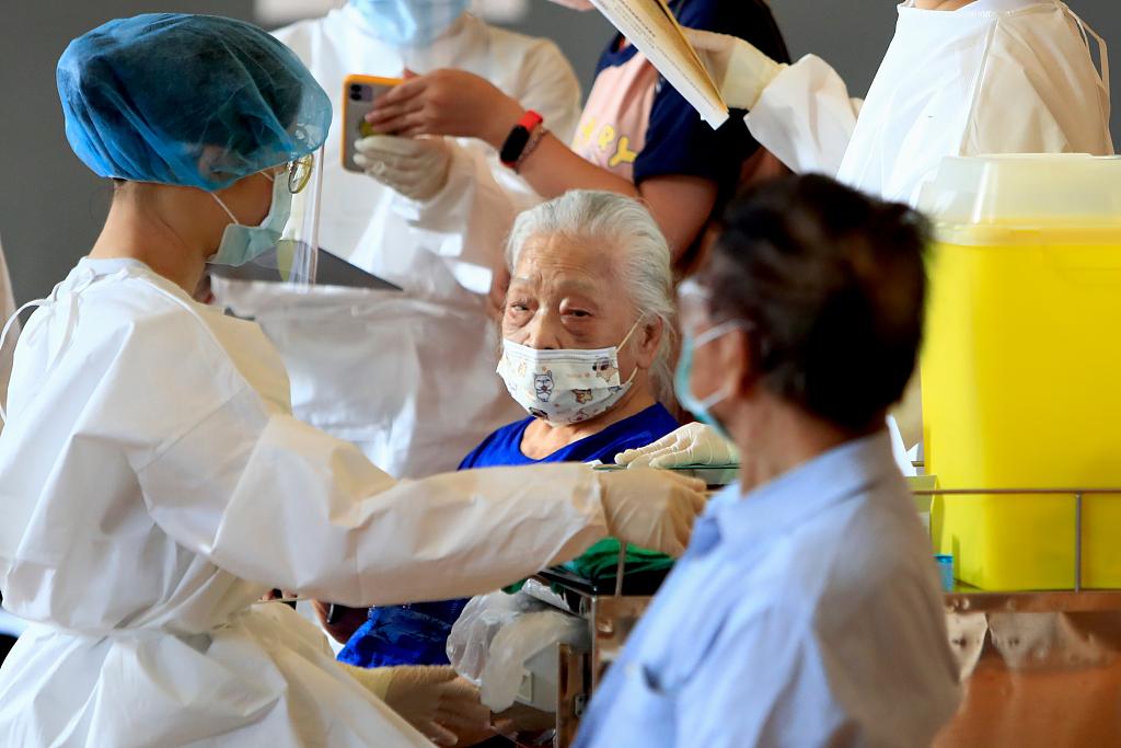 台媒:台老人打阿斯利康疫苗后现诡异症状 双腿长洞还流血