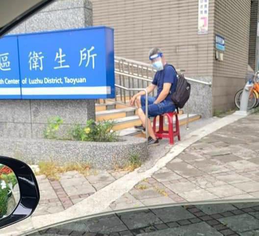 """图为蒋伟文在车内拍摄父亲等待接种疫苗的场面。(图:台湾""""中央社"""")"""