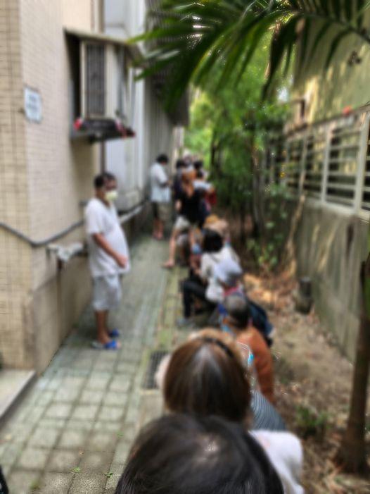老人挤在小巷等候接种疫苗。(图片取自叶天伦脸书)