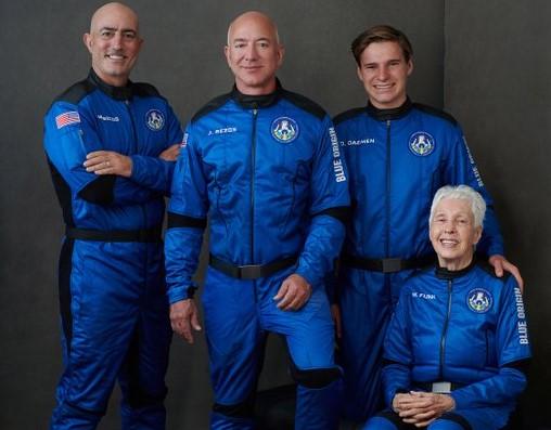 贝索斯和3名乘客同游太空(社交媒体)