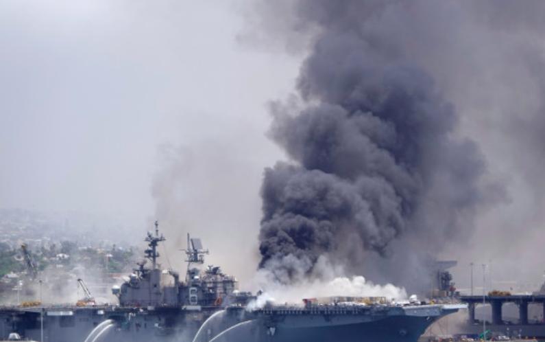 """美国""""好人理查德""""号两栖攻击舰发生火灾"""