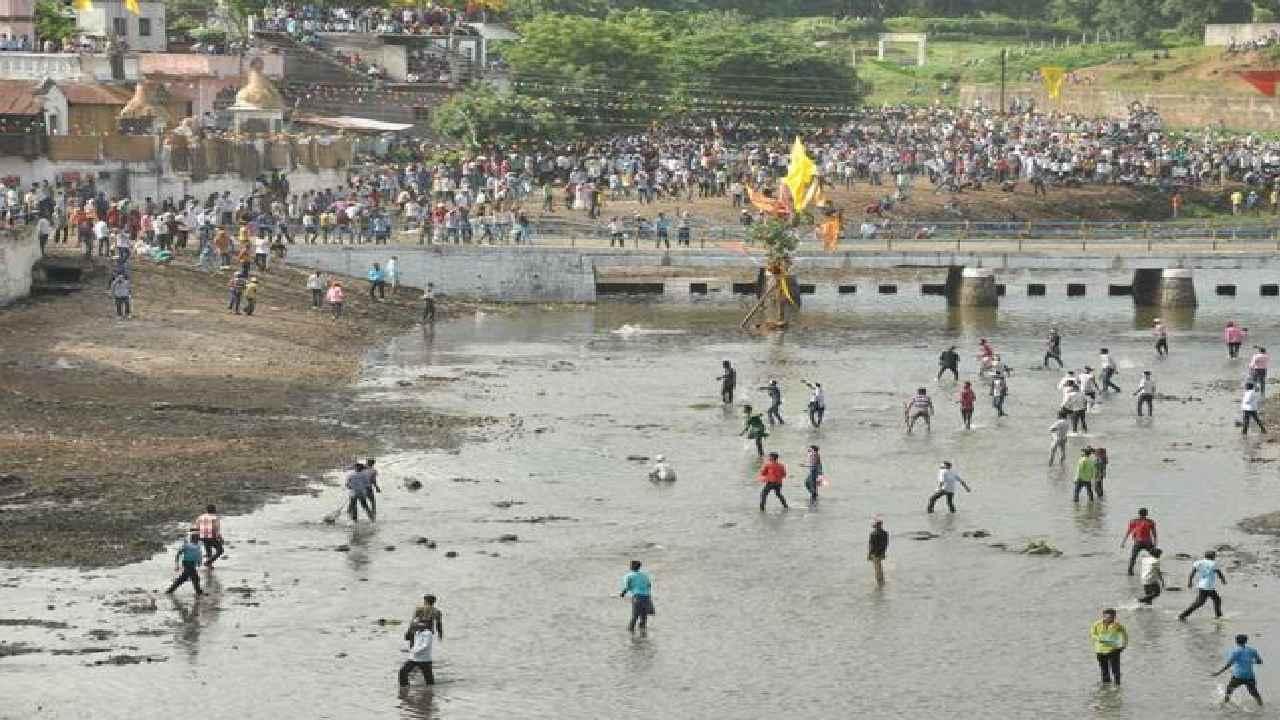 印度两波村民互扔石头400多人受伤 上千警察现场监督