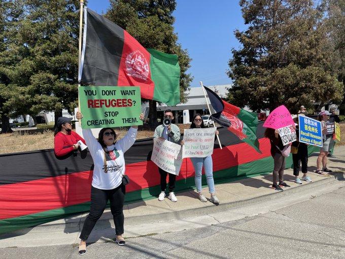 抗议者高举阿富汗旗帜和抗议标语(社交平台)