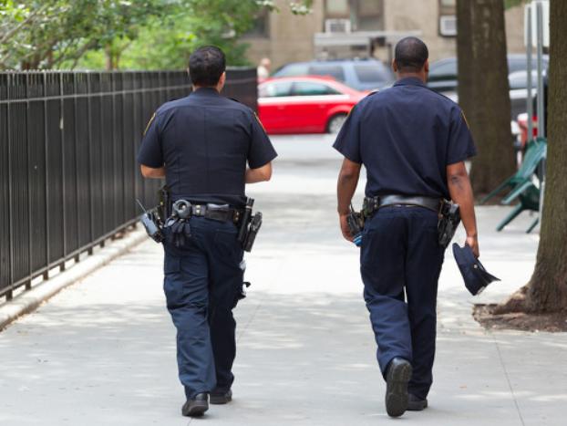 美国一小镇警察局全员辞职 当地官员:有人报警也没人执法