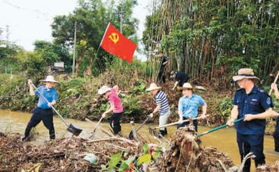 人们在九洲江陆川县滩面镇河道清淤。资料图片