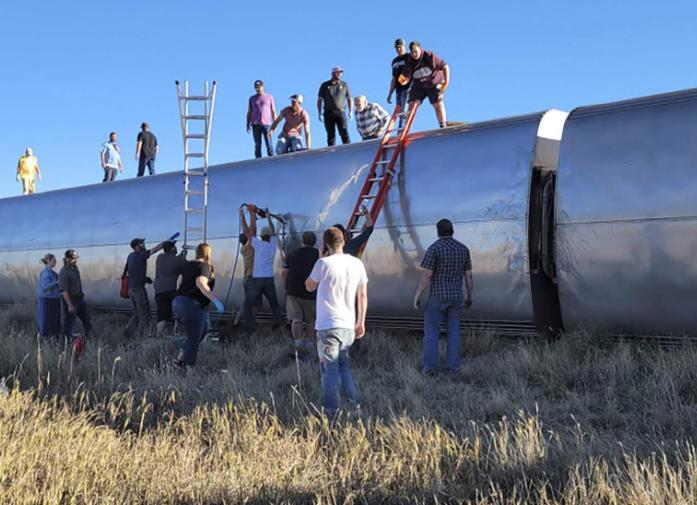 美国火车脱轨现场:大批乘客爬车顶逃生 已致3死50伤