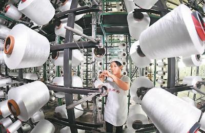 图为江西雅星纺织实业有限公司员工在赶制毛毯及毛绒制品