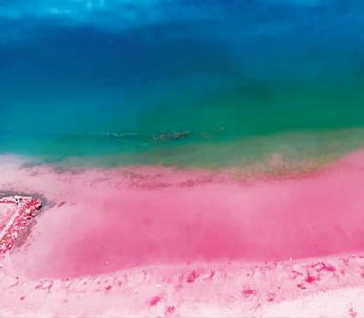 """同一""""网红""""地的不同效果。图为网上加了滤镜的粉红沙滩。图片来自网络"""