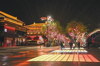西安大唐不夜城作为名副其实的网红地,吸引源源不断的游客。图为大唐不夜城的绚丽夜景。祝纯健摄(人民图片)